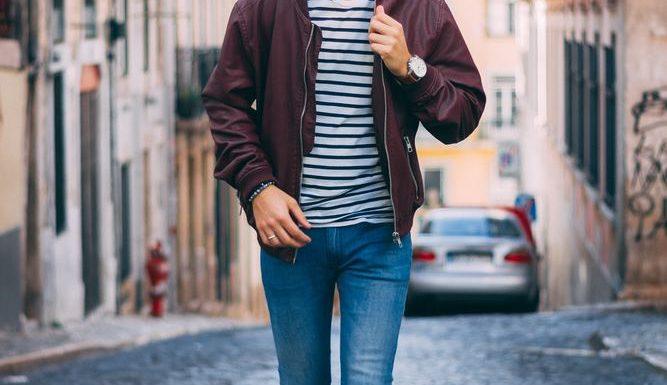 Mann går gjennom gatene med kult hår